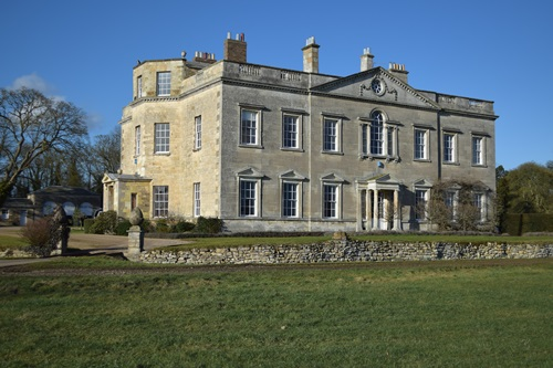 image of stately British home on sunny day